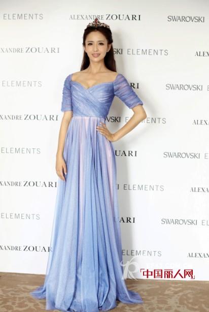 佟丽娅身着COCOON浅蓝色深V礼裙出席时尚活动