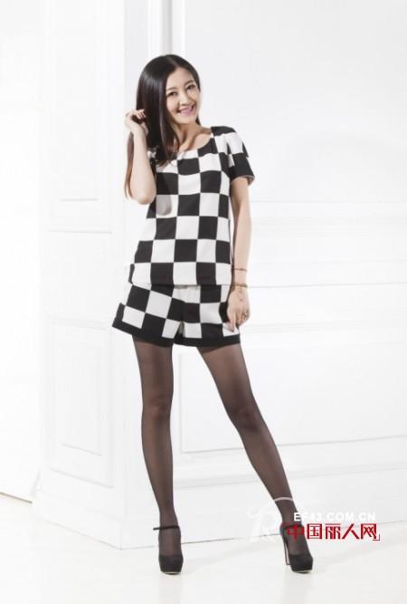 女星们都挚爱的黑白棋盘格 打造爆表的时尚度