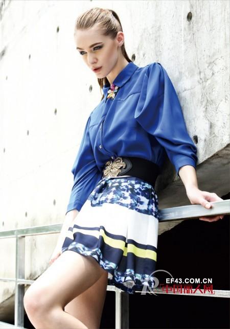 蓝色外套内搭什么裙装好看   蓝色衬衫搭配哪种半身裙比较好