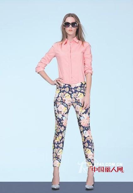 粉色衬衫配什么颜色裤子 花裤子配什么上衣