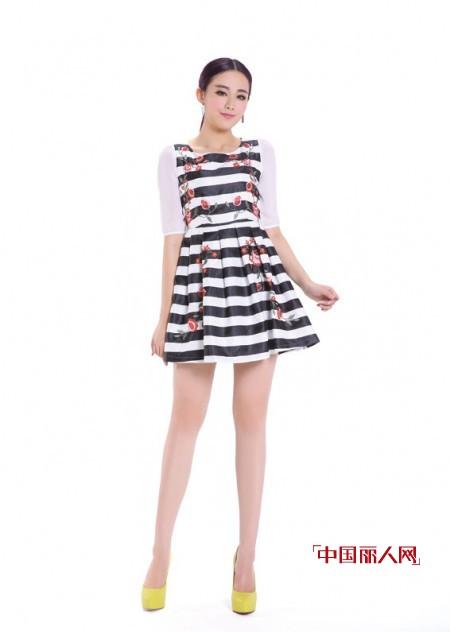 夏季甜美条纹连衣裙 凸显曲线玲珑美