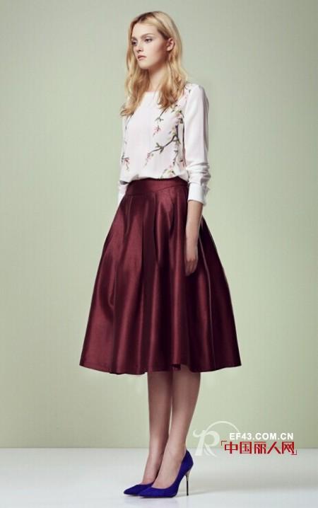 酒红色半身裙配什么上衣 酒红色裙子配什么颜色好看 秋季适合穿什么颜色裙子