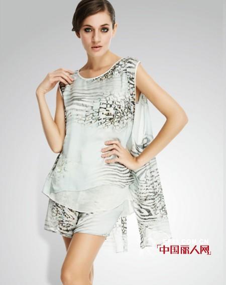 宽松版素色系女装搭配 淡雅色塑造清新女