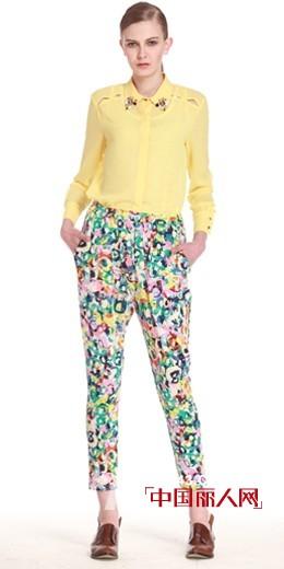 印花裤显瘦吗 今季最流行的印花裤t恤衫搭配