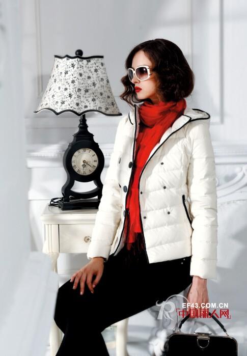 杏粉色外套搭配红色打底衫好看吗   白色羽绒搭配红色围巾怎么样