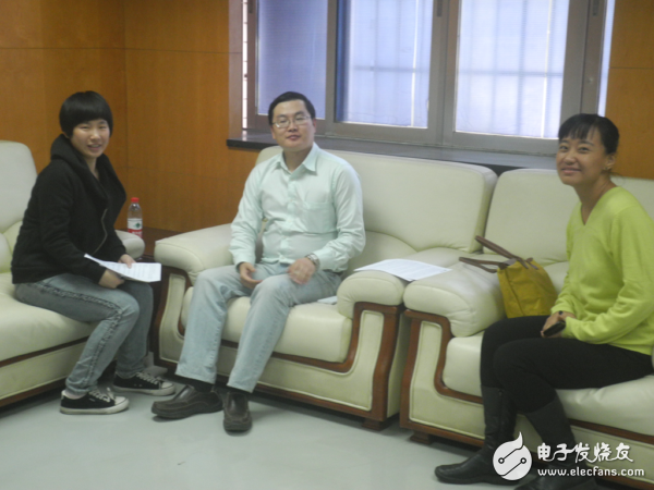 Figure ARM's embedded application marketing manager Yan Lifeng (middle) and ARM enterprise application marketing manager Winnie Shao (right) accepts an electronic enthusiast network interview