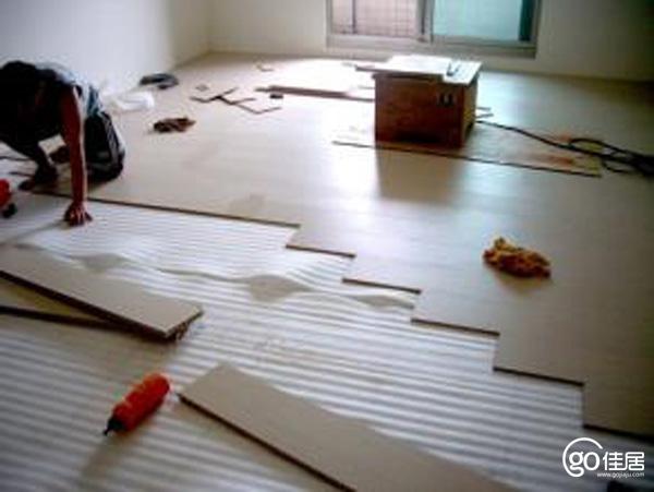 墙纸和地板哪个先装