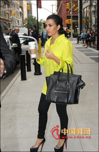 The classic Céline smile bag and Christian Louboutin red shoes can not be less