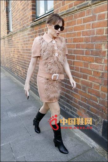 Prada nude pink shirt collar + fine belt leather grass woolen skirt, foot black tube high heel boots