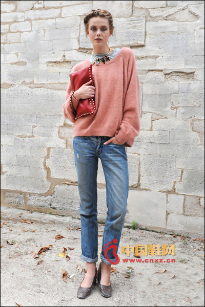 Loose knit sweater with casual denim rolled trousers