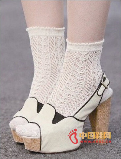 Rough-heeled sandals + white socks