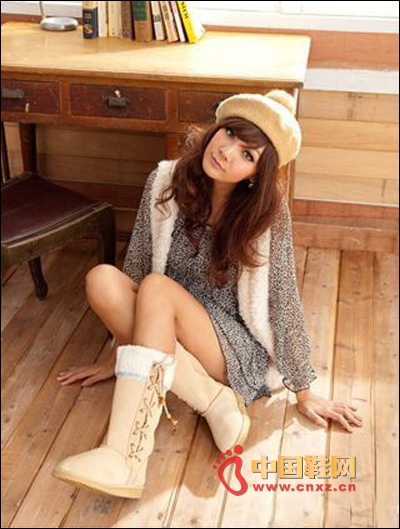Beige tube boots