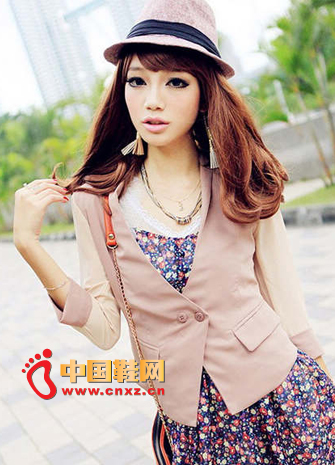 This nude pink small suit, made of chiffon sleeves, is a very slim design.