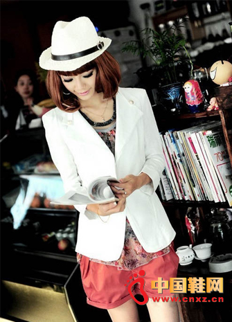 A buckle white small suit is very revealing temperament, take a floral chiffon shirt