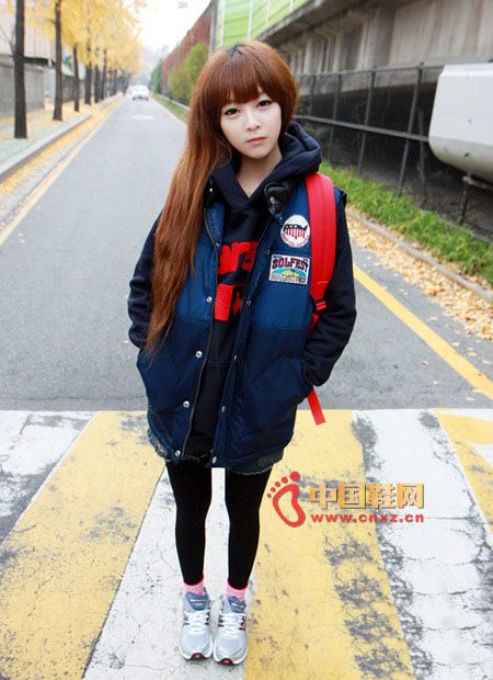 Dark blue vest, slim version, showing a very relaxed casual color