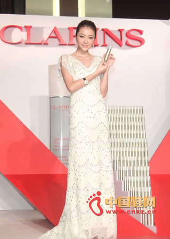 Dressed in a white deep V-draw dress, the shoulder transparent lace is well-designed to grace both shoulders