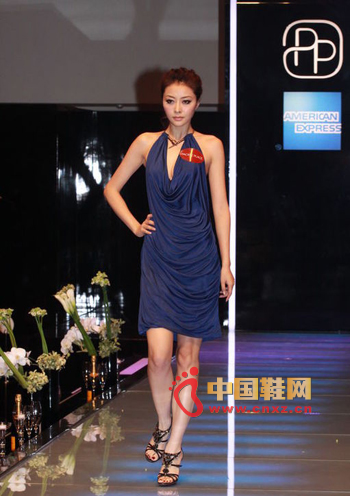 Wearing a deep blue V dress, large moving curves, and a large area of fold design