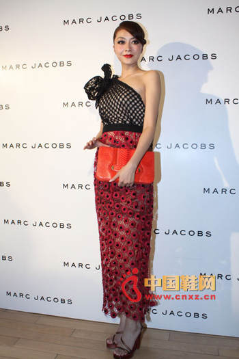 Black mesh diagonal shoulder top, embellished with distinctive features on the shoulders, and a red fish-like transparent chiffon skirt