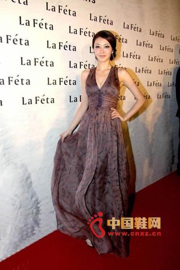 Wearing a deep V and ground dress, high waist design, showing a graceful figure, with high-heeled sandals