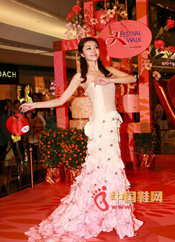 A light-colored splicing dress, three-dimensional flowers embellishment, like a fairy of spring flowers