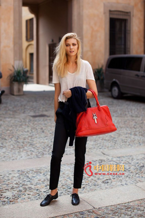 Red bags, red and black hit the bright color, the beauty's smile pleasant, with the sex wear fashion Europe and the United States Fan