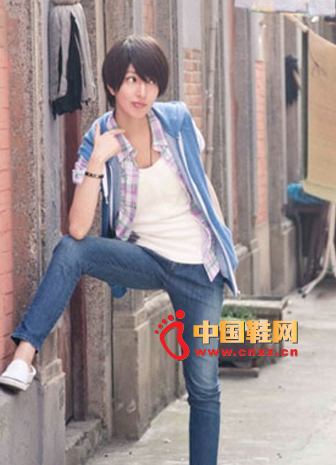 Blue sleeveless jacket + white strap + red and blue plaid shirt, upper body dress is very fresh personality