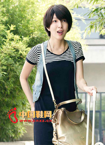 Dark blue dress on the body, the stripe on the shoulder is very cute, and then a denim vest, fresh and pleasant