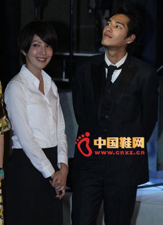 White shirt with black maxi dress, elegant temperament, charming