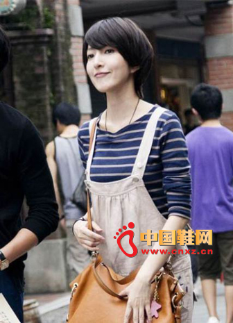 The blue and gray striped T-shirt looks simple, but wearing a khaki suspender brings a different feeling of freshness