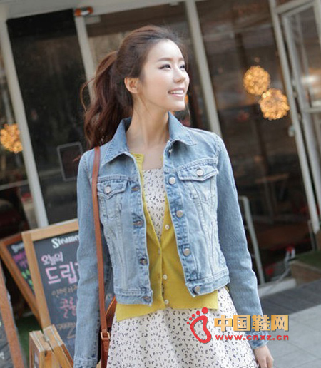 An eye-catching outfit, a small, fresh, denim jacket that is small and slim, and washed in blue.