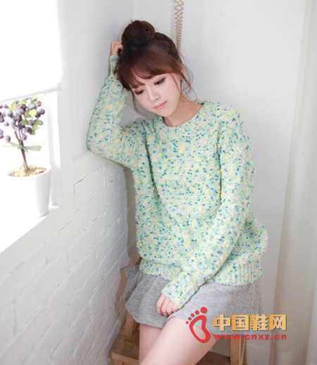 A small fresh knit sweater, with a fresh and lovely color, and a loose style, it has no sense of weight. No matter what clothes it is used for, it can be a unique one.