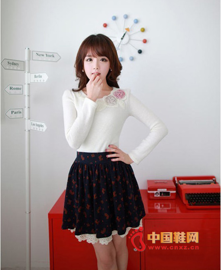 Sweet flower T-shirt can not resist, below with a pleated skirt with a bow print