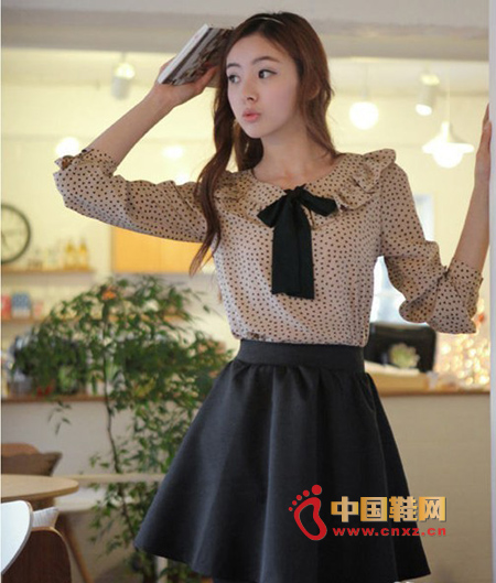 The whole outfit is very cute, simple Slim T-shirt, a little wave dotted to make clothes love