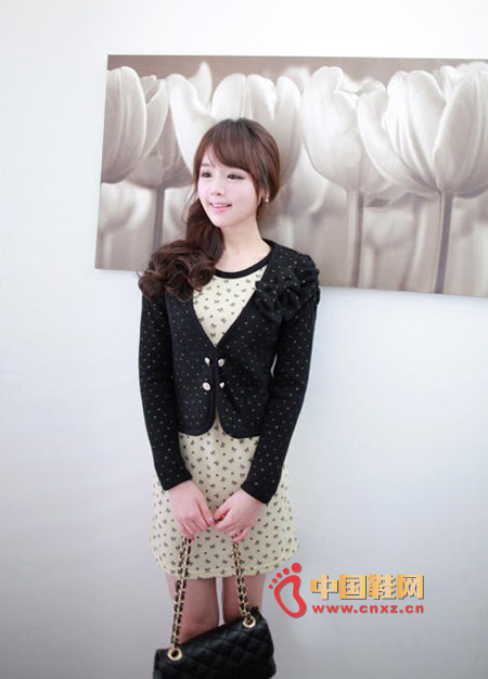 Cute slim jacket, short style, just show the waist. There is a bow on the chest as a decoration