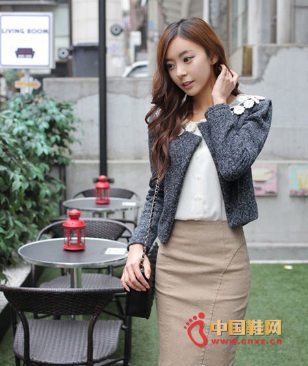 The short grey knit jacket can match different styles. Inside with a chiffon shirt