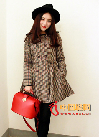 Double-breasted plaid trench coat + red small bag + camel boots, Wang Xiaoquan this dress looks very generous