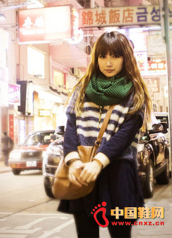 Slim Korean version of the blue and white striped long bottoming sweater + retro pleated tutu + camel Messenger bag