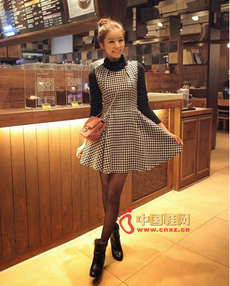 British style black-and-white check vest dress, black collar collar T-shirt, classic retro collision with popular elements