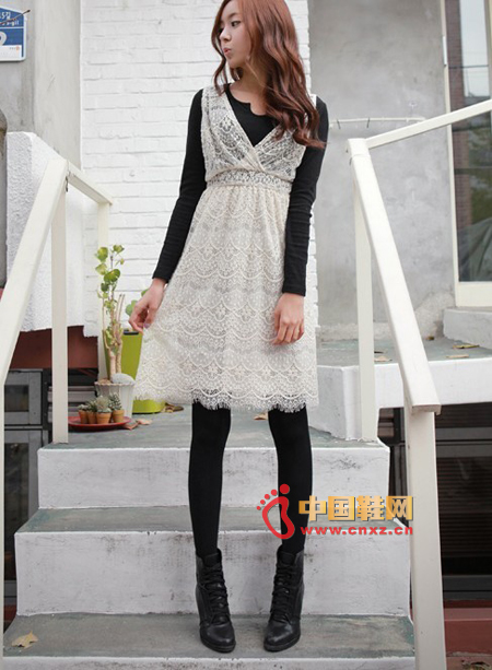 Full lace two-piece dress, white vest lace with long-sleeved cedar, simple and fresh black and white combination can also grab the eye