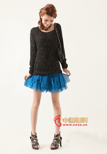 A very sweet knitted sweater. Sequin knitted is a feature, the front of the hole design has a feeling of exaggeration