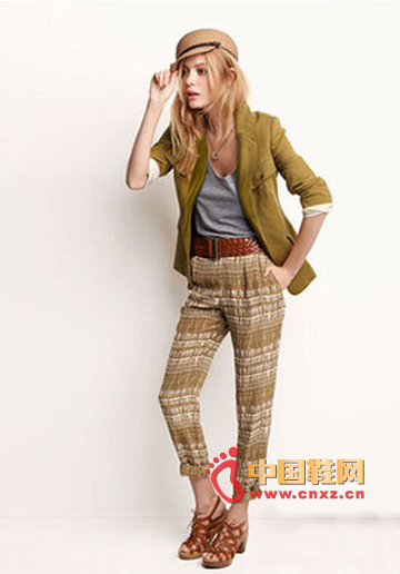 The most indispensable style of boy's wind is colored suits and trousers.