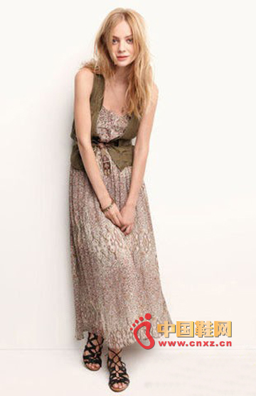 Chiffon returned again in the spring and summer of 2012. The length of the long skirt that has grown to the ankle is also the basic model.