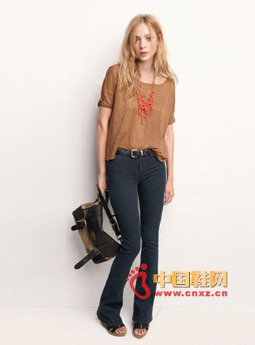 Brown loose T-shirt with skinny trumpet trousers, casual attire