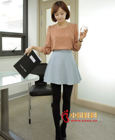 Basic style chiffon shirt, delicate and smooth and comfortable, round neck design can reveal the clavicle