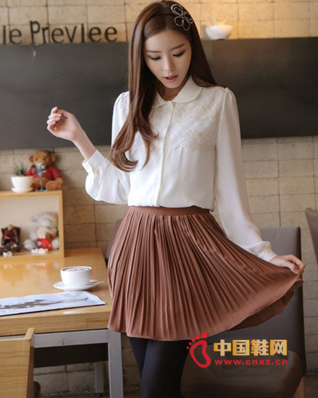 Chiffon fabric shirt, delicate and smooth and very sloping, the design of the small lapel looks very cute, chest lace design exquisite people put it down, the following with a nude pleated skirt, the posture of a small woman standing Obviously.