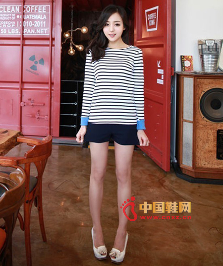 Simple striped T-shirt, chic word collar to wear it looks very cute, color matching cuffs to make the whole dress a lot of fresh