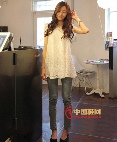Sweet lace doll shirt, very beautiful to wear, exquisite lace fabric upper body is very comfortable with a loose style to wear it will look very elegant