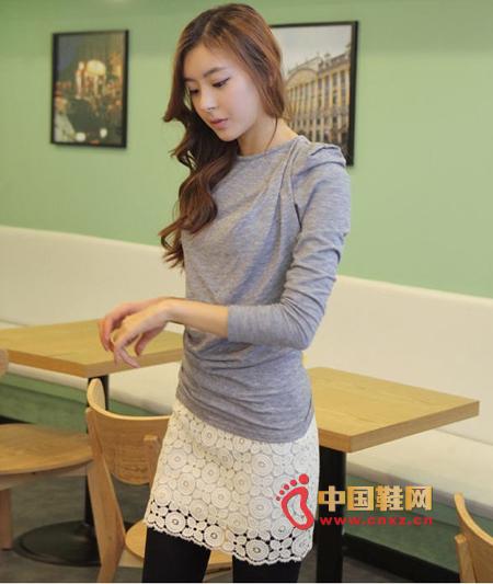 Brilliant dress, chic long-sleeved T-shirt, looks on the shoulder looks elegant