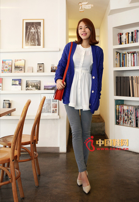 Blue thick knit sweater, simple and relaxed style, elegant chiffon t-shirt ride is very beautiful