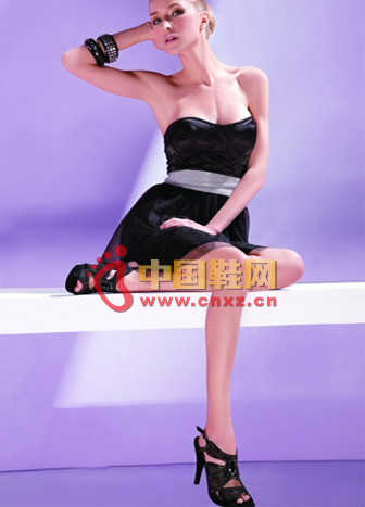 Low-cut Chinese dress with black strap design heels, perhaps the most beautiful focus of the party